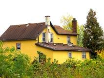 Casa amarilla condenada y abandonada de la ciudad. Imagen de archivo libre de regalías