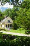 Casa amarilla de Nueva Inglaterra Imágenes de archivo libres de regalías