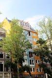Casa amarilla en Amsterdam imagen de archivo