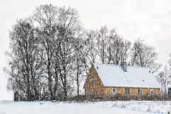 Casa amarilla en invierno Foto de archivo libre de regalías