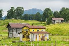 Casa amarilla en montaña Fotografía de archivo