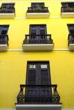 Casa amarilla en Puerto Rico foto de archivo libre de regalías