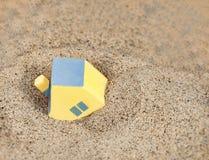 Casa amarilla miniatura del juguete Imagenes de archivo