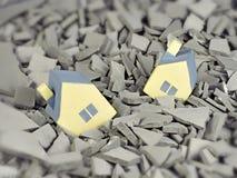 Casa amarilla miniatura del juguete dos caida en una grieta Fotografía de archivo libre de regalías