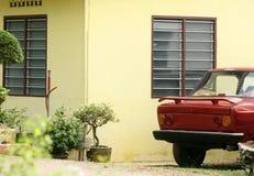 Casa amarilla y garage al aire libre Fotos de archivo libres de regalías