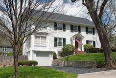Casa americana bianca in primavera in anticipo Immagini Stock Libere da Diritti
