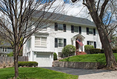 Casa americana branca na mola adiantada Imagens de Stock Royalty Free