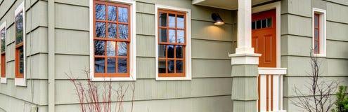 Casa americana classica con il portico del colomn Fotografie Stock