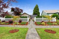 Casa americana esteriore con il bello desi del paesaggio dell'iarda anteriore immagine stock libera da diritti