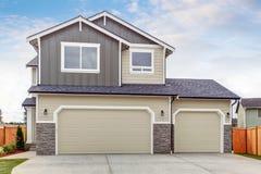 Casa americana exterior com dois espaços da garagem, entrada de automóveis concreta do assoalho Fotografia de Stock Royalty Free