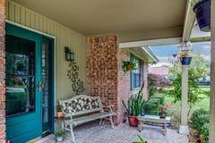 Casa americana Front Porch Decorated com plantas e característica arquitetónica da construção do banco, da pedra e da madeira imagens de stock royalty free
