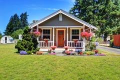 Casa americana linda exterior con el pórtico y las macetas cubiertos Foto de archivo libre de regalías