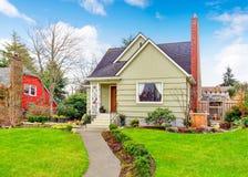 Casa americana pequena com gramado bem mantido e ajardinar desing Imagens de Stock