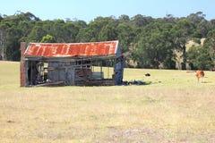 Casa analizada vieja de la granja que aherrumbra Imagenes de archivo