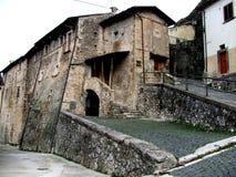 Casa antica in paesino di montagna italiano Fotografia Stock