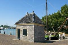Casa antiga do imposto no porto de Enkhuizen fotografia de stock