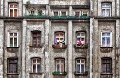 Casa antigua con las diversas ventanas viejas Imagen de archivo libre de regalías
