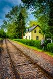 Casa ao longo das trilhas de estrada de ferro em Portland, Pensilvânia Foto de Stock