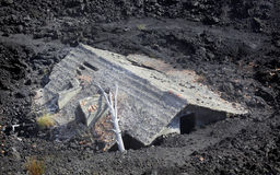 Casa após uma erupção vulcânica imagens de stock