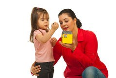 Casa aperta della figlia e della madre piccola Immagini Stock Libere da Diritti