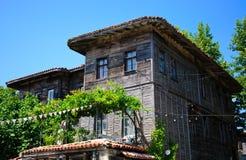Casa arborizado perto do passeio. Imagens de Stock