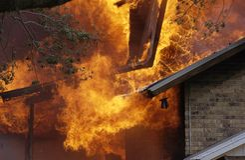 Casa ardente Fotografia de Stock Royalty Free