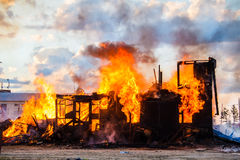 Casa ardente fotografia de stock