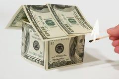 Casa ardente do dinheiro feita dos dólares Foto de Stock