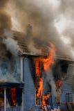 Casa ardiente Fotos de archivo libres de regalías
