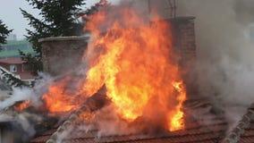Casa ardiente del bombero, apagando el fuego almacen de metraje de vídeo