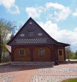 Casa armata in legno Colourful del cottage fotografie stock