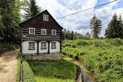 Casa armata in legno dalla piccola insenatura Immagini Stock