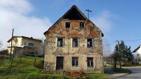 Casa arruinada abandonada com janelas quebradas e os tijolos caídos Fotos de Stock Royalty Free