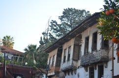 Casa arruinada abandonada vieja con el árbol anaranjado delante de él Foto de archivo libre de regalías