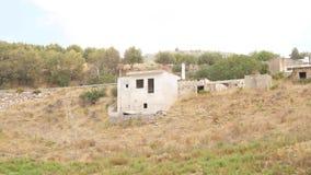 Casa arruinada del pueblo en cuesta de montaña almacen de metraje de vídeo