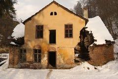 Casa arruinada do período que cai distante Imagens de Stock
