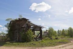 Casa arruinada en un pueblo abandonado Imagen de archivo libre de regalías