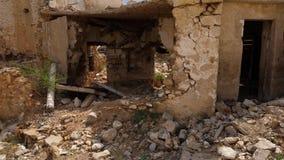 A casa arruinada, paredes destruídas fecha-se acima vídeos de arquivo