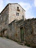 Casa arruinada vieja con las ventanas y las puertas quebradas en Zminj en Istria, Croacia Imágenes de archivo libres de regalías