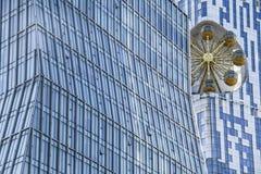 Casa astratta dell'ufficio di vetro con il backgrou di girotondo dell'oro fotografie stock libere da diritti