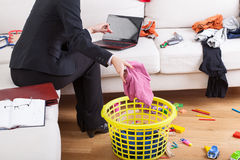 Casa ativa e funcionamento da limpeza da mulher imagens de stock