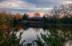 Casa através da lagoa Fotografia de Stock