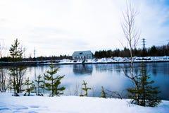 A casa através do rio Fotos de Stock Royalty Free