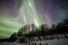 Casa, aurora, cielo nocturno en Alaska, fairbanks foto de archivo