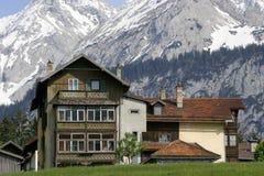 Casa austríaca en montañas foto de archivo