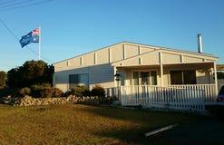 Casa australiana com bandeira nacional Fotos de Stock