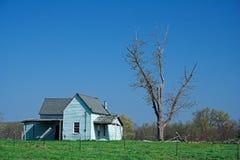 Casa azul abandonada da exploração agrícola Imagem de Stock Royalty Free