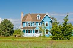 Casa azul agradável. Imagens de Stock