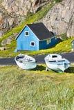 Casa azul, barcos de madeira, Gronelândia imagens de stock royalty free