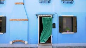 Casa azul clara brillante, edificios coloridos en la isla de Burano en Venecia, turismo imagen de archivo libre de regalías